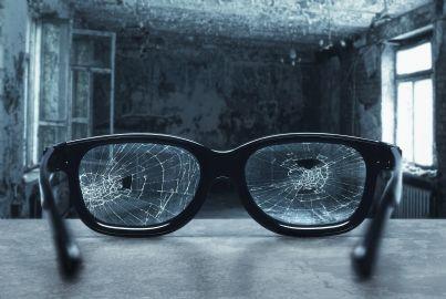 occhiali rotti in una stanza di una vecchia casa