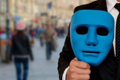 uomo si prepara ad indossare una maschera per nascondersi
