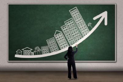 grafico di business sulle case con freccia sulla lavagna