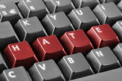 parola odio scritta sulla tastiera di un pc