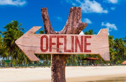freccia con su scritto offline concetto vacanza ferie
