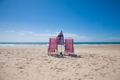 ombrellone e sdraio lasciate sulla spiaggia
