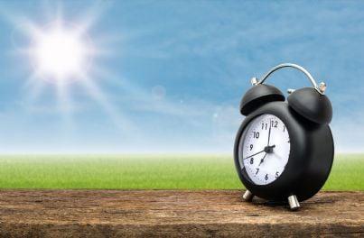 sveglia in un paesaggio di primavera concetto ora legale