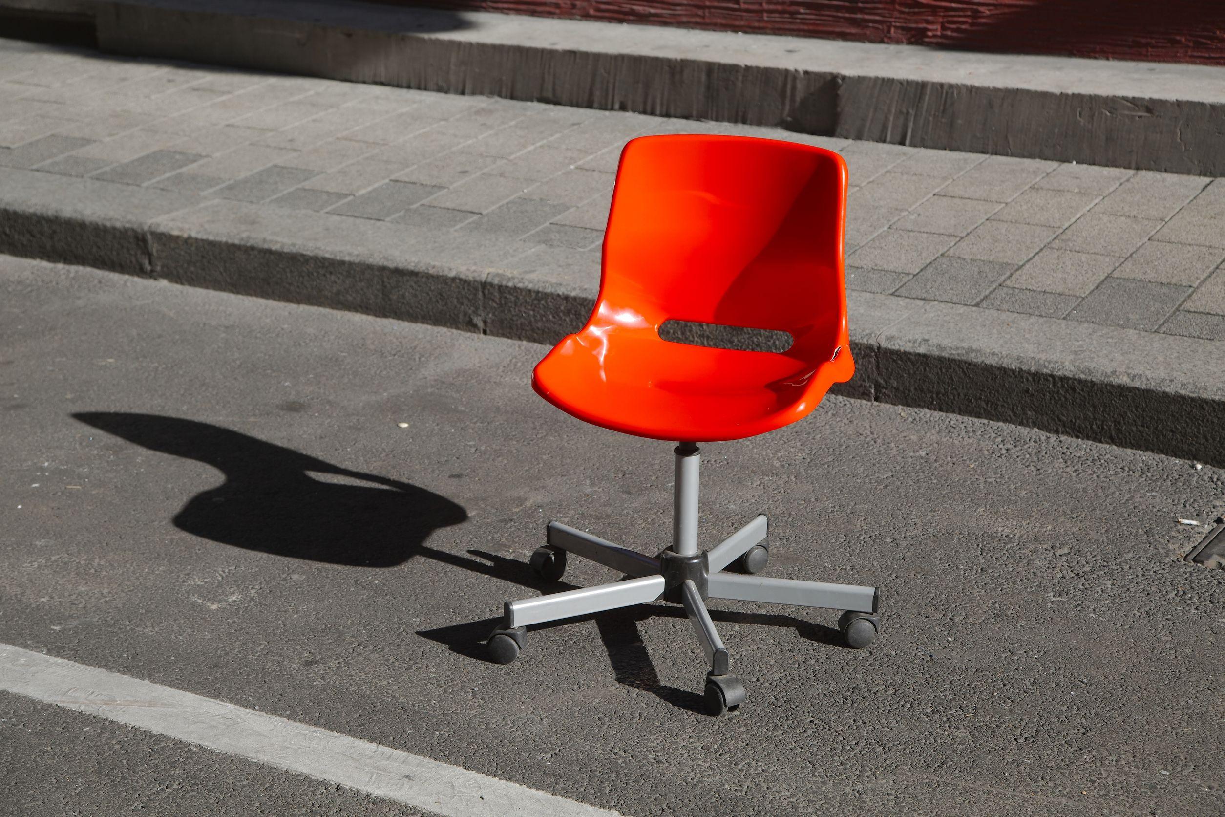 Occupare il parcheggio con una sedia illecito - Posto con molti specchi ...