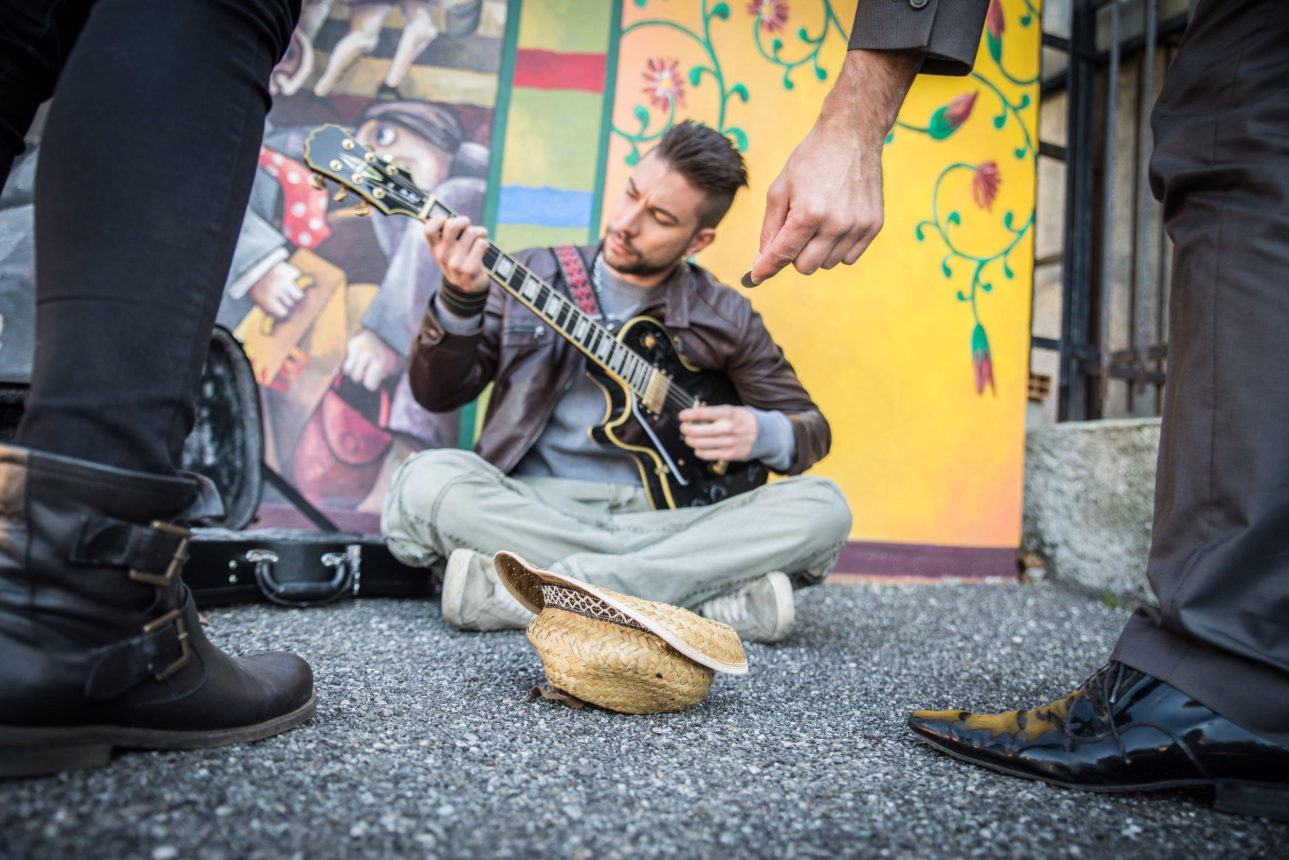 Reato per l 39 artista di strada che disturba i residenti - Art 79 codice della strada pneumatici diversi ...