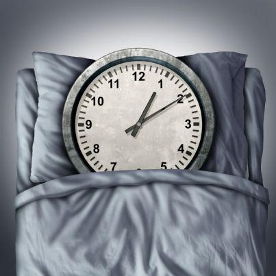 orologio tra i cuscini concetto di sveglia