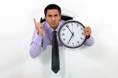 uomo che mostra orologio concetto ritardo