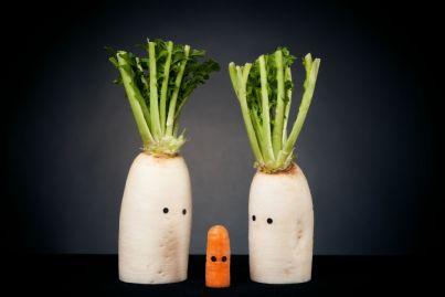 vegetali grandi con occhi guardano piccola carota concetto mobbing