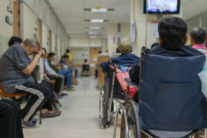 pazienti attendono in ospedale