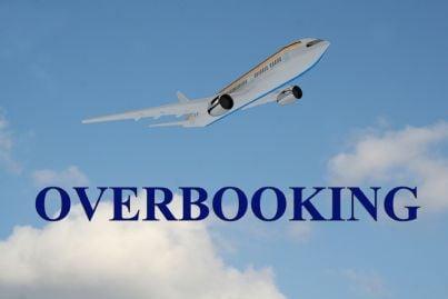 parola overbooking con aereo sullo sfondo