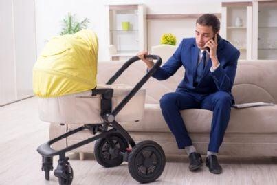 avvocato padre con figlio in passeggino