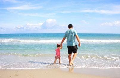 Padre e figlia di fronte al mare