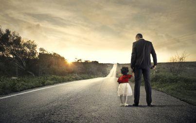padre e figlia sulla stessa strada