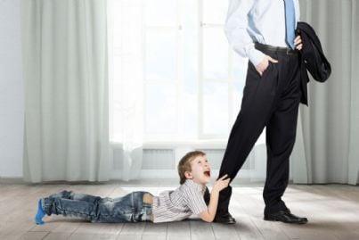 figlio prega padre di non andare al lavoro
