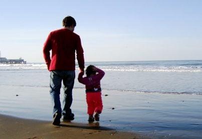 Padre e figlio sulla riva del mare