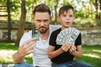 padre e figlio con soldi e bancomat