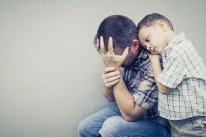 figlio triste abbraccia padre