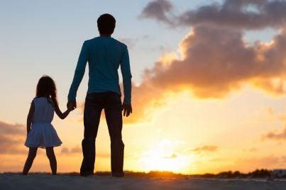 Padre e figlia davanti a un tramonto
