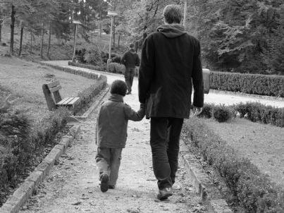 padre cammina con figli