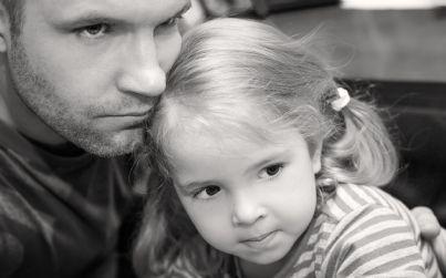 padre e figlia poveri e tristi