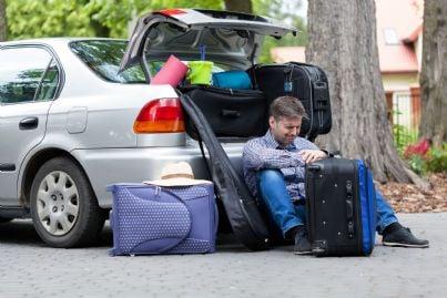 padre divorziato che mette le sue cose in macchina