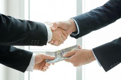 mani che si accordano e scambiano soldi