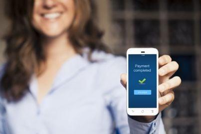 donna mostra pagamento effettuato con telefonino