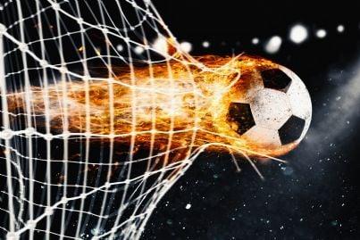 goal di fuoco nella porta del campo di calcio