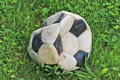 un pallone da calcio sgonfio
