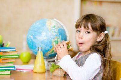 bambina che mangia panino a scuola
