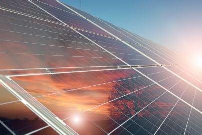 pannelli fotovoltaici si stagliano nel cielo