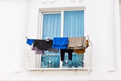 panni stesi sul balcone