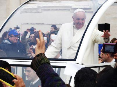 Papa Francesco saluta i fedeli