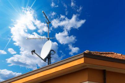parabola installata sul tetto di una casa