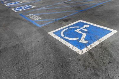 parcheggio sulle strisce blu per disabili