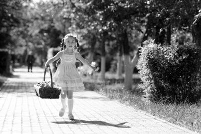 bambina con cestino scappa da maniaco in un parco