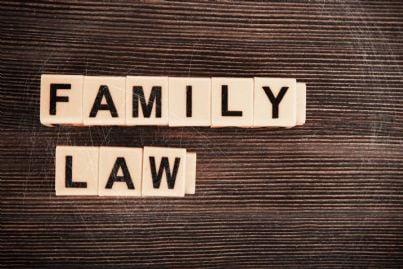 parole diritto di famiglia scritte in inglese su una parete