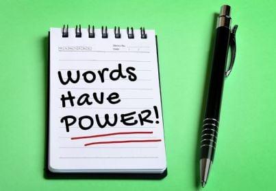 il potere delle parole scritto su un blocco con penna