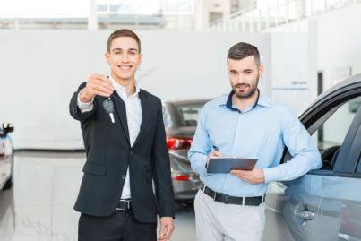 uomo che vende automobile ad un altro