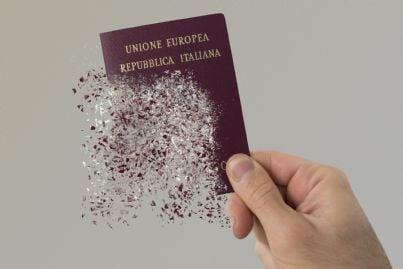 una mano che tiene un passaporto
