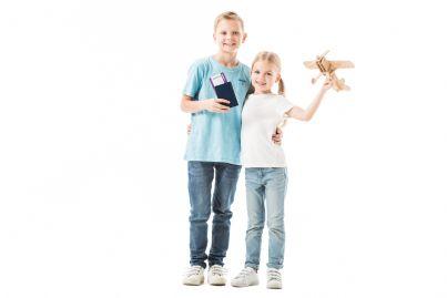 bambini con passaporto in mano per viaggiare in aereo