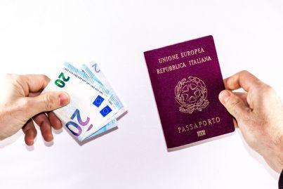 pagare denaro per ottenere passaporto elettronico