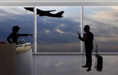 passeggero discute con hostess per ritardo volo