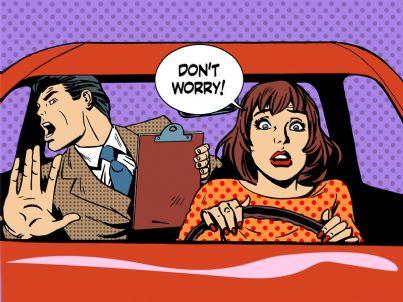donna con insegnante di scuola guida nel panico