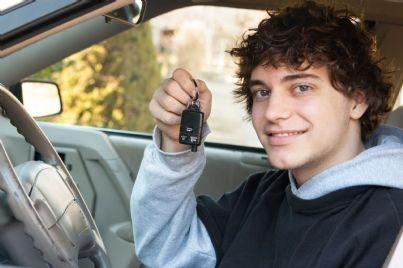 ragazzo appena patentato in auto