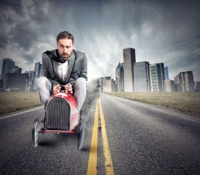 uomo alla guida di una macchina giocattolo simbolo senza patente