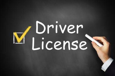 mano che segna la voce patente di guida