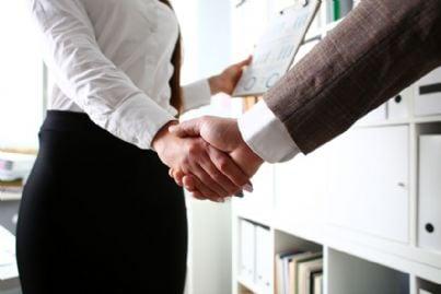 stretta di mano tra uomo e donna in affari