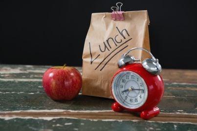 sacchetto per pausa pranzo con sveglia e mela