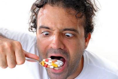 uomo ipocondriaco che mangia pillole